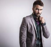 Elegancki młody przystojny mężczyzna. Pracowniany moda portret. Fotografia Stock
