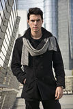Elegancki Młody Przystojny mężczyzna w Czarnej żakiet pozyci w centrum miasta ulicie Zdjęcia Royalty Free