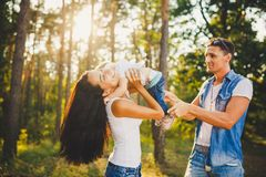 Elegancki młody Rodzinny mamy, tata i córki jeden roczniaka blondynki obsiadanie z ojcem na ramion bawić się, plenerowy Obrazy Royalty Free