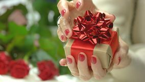 Elegancki mały prezenta pudełko w żeńskich rękach zbiory wideo