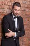 Elegancki macho mężczyzna w łęku krawacie zdjęcie stock