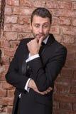 Elegancki macho mężczyzna w łęku krawacie zdjęcia royalty free