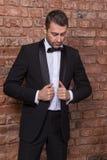 Elegancki macho mężczyzna w łęku krawacie obrazy royalty free