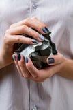 Elegancki manicure w cieniach szary żeński elegancki zdjęcia stock