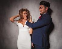 Elegancki mężczyzna jest bawić się dławić jego kochanka Fotografia Stock