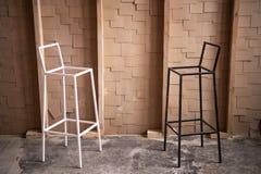 Elegancki minimalistyczny poczęcie z czarny i biały krzesłami obraz stock