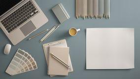 Elegancki minimalny biuro stołu biurko Workspace z laptopem, notatnikiem, ołówkami, filiżanką i próbka koloru paletą na pastelowy zdjęcie royalty free