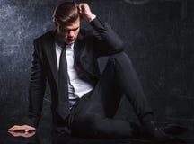 Elegancki moda mężczyzna patrzeje rozważnym i smutnym fotografia royalty free