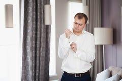 Elegancki moda mężczyzna załatwia jego cufflinks, ślubny przygotowanie fornal Fotografia Stock