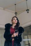 Elegancki model w czarnym żakiecie z telefonem obrazy stock