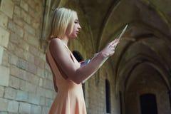 Elegancki modniś studiuje mapę podczas gdy stojący w antykwarskim miasteczku w lecie Fotografia Royalty Free
