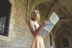 Elegancki modniś studiuje mapę podczas gdy stojący w antykwarskim miasteczku w lecie Fotografia Stock