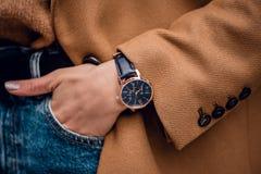 Elegancki modny zegarek na kobiety ręce zdjęcia royalty free