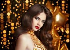 Elegancki mody brunetki kobiety portret w złocie Falisty Włosiany styl Obraz Stock