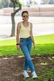 Elegancki nastolatek pokazuje zaufanie i pauz? zdjęcia royalty free