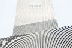 Elegancki nowożytny budynek z metal liniami Fotografia Stock