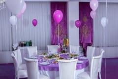 Elegancki obiadowy stół Ślubny stół dekorujący z świeczkami, słuzyć z i zakrywający z tablecloth, cutlery i crockery P Zdjęcie Stock