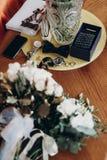 Elegancki obrączka ślubna łęku krawata zegarek, mankiecików bukiety i połączenia i fotografia stock