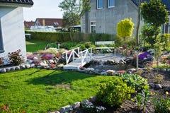 Elegancki ogród z fontains Fotografia Royalty Free