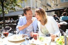 Elegancki pary łasowania lunch w galanteryjnej restauraci zdjęcia royalty free