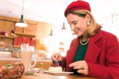 Elegancki piękny kobiety uczucie odpoczywał wydatki weekend w piekarni zdjęcie royalty free