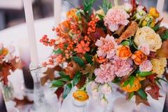 Elegancki piękny stół dekorujący z bliska pojęcia sukni panny młodej portret schodów poślubić Obrazy Royalty Free