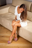 Elegancki piękno Na kanapie zdjęcie royalty free