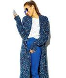 Elegancki piękny model w lecie eleganckim odziewa w studiu Zdjęcia Stock