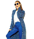 Elegancki piękny model w lecie eleganckim odziewa w studiu Obraz Stock