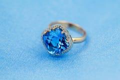 Elegancki pierścionek, błękitny topaz Obraz Stock