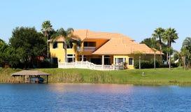 Elegancki Podmiejski dom na jeziorze obraz stock