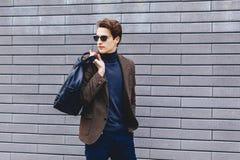 elegancki podróżnik w kurtce z paszportem i bilety w miastowym c zdjęcia royalty free