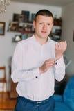 Elegancki potomstwo mody mężczyzna przystosowywa cufflinks w białej koszula Zdjęcia Stock
