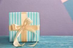 Elegancki prezenta pudełko z łękiem zdjęcie stock