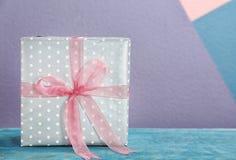 Elegancki prezenta pudełko z łękiem zdjęcie royalty free