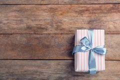 Elegancki prezenta pudełko z łękiem na drewnianym tle fotografia royalty free