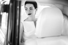 Elegancki przystojny elegancki fornal trzyma delikatnie wspaniałej panny młodej UN Fotografia Royalty Free