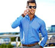 Elegancki przystojny mężczyzna model w ulicie obrazy stock