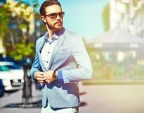 Elegancki przystojny mężczyzna w ulicie Obraz Stock