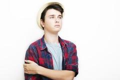 Elegancki przystojny młody człowiek z kapeluszem pozuje na białym tle Obraz Stock