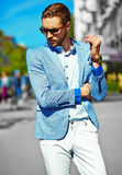 Elegancki przystojny manl w ulicie Obraz Royalty Free