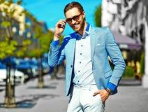 Elegancki przystojny manl w ulicie Obrazy Royalty Free