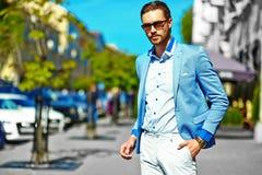 Elegancki przystojny manl w ulicie Fotografia Stock
