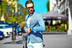 Elegancki przystojny manl w ulicie Zdjęcia Stock
