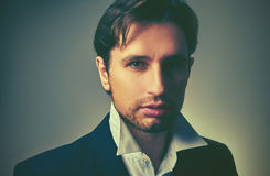 Elegancki przystojny mężczyzna w kostiumu w zmroku Obraz Stock