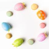 Elegancki Ramowy tło z Easter jajkami z kopii przestrzenią dla teksta Na białym tle Mieszkanie nieatutowy, odgórny widok Wielkano Fotografia Stock