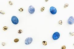 Elegancki Ramowy tło z przepiórki i błękita Easter jajkami z kopii przestrzenią dla teksta odizolowywającego na białym tle Mieszk Zdjęcia Stock