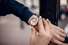Elegancki srebny zegarek na kobiety ręce obraz stock