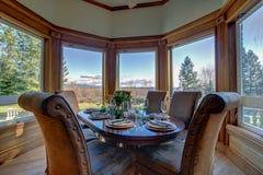 Elegancki stół ustawia dla obiadowego i pięknego nadokiennego widoku obrazy stock