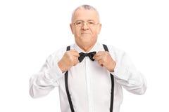 Elegancki starszy dżentelmen przystosowywa jego krawat Zdjęcia Stock